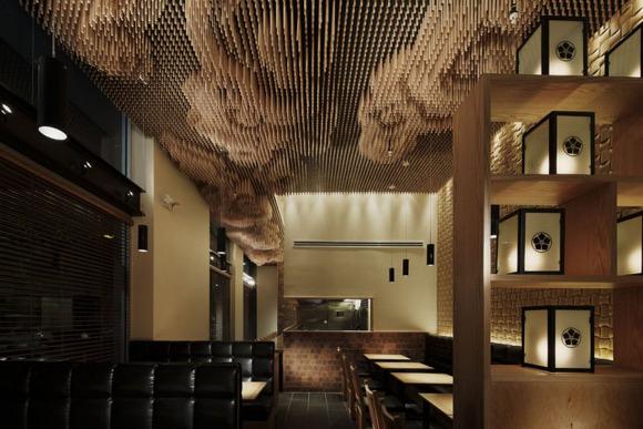 25 000개의 젓가락을 이용한 일식레스토랑 천장 인테리어 Tsujita In La