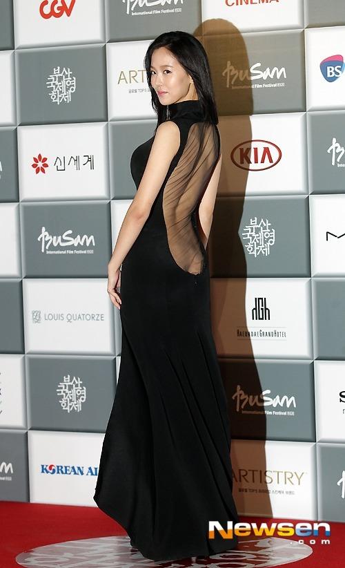 19금 사진] 강한나 뒤태 엉덩이골 노출 파격 드레스
